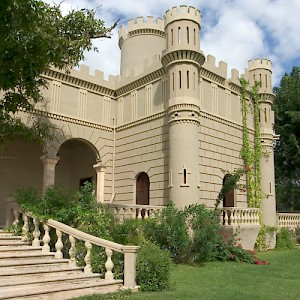Many haciendas employ similar, proven architectural elements, but some are quite unique, reflecting their owner's imaginations. Hacienda Chenche de las Torres could be mistaken for Camelot. <a href=></a>