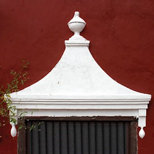 Most exterior ventanas or windows have sculpted plaster awnings for adornment and to prevent the heavy Yucatan rains from entering. <a href=></a>